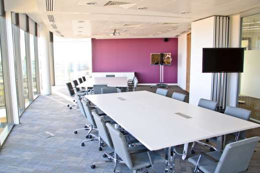 Flexible meeting spaces with large windows